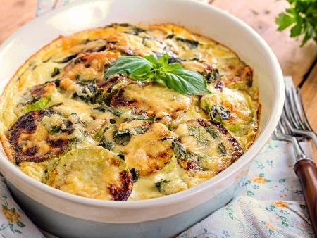 Запеканка от тиквички, чесън, яйца, кашкавал, заквасена сметана и сос Бешамел на фурна - снимка на рецептата
